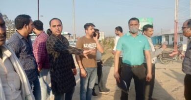 नहर किनारे वाली रोड पर भी  टोल प्लाजा बहादराबाद द्वारा लगाए गए बैरीगेट