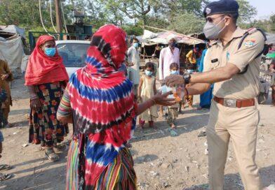 सनत शर्मा, बहादराबाद पुलिस द्वारा बाटे गए गरीब जरूरत मंदो को दूध और कल से बाटी जाएगी खाद्य सामग्री